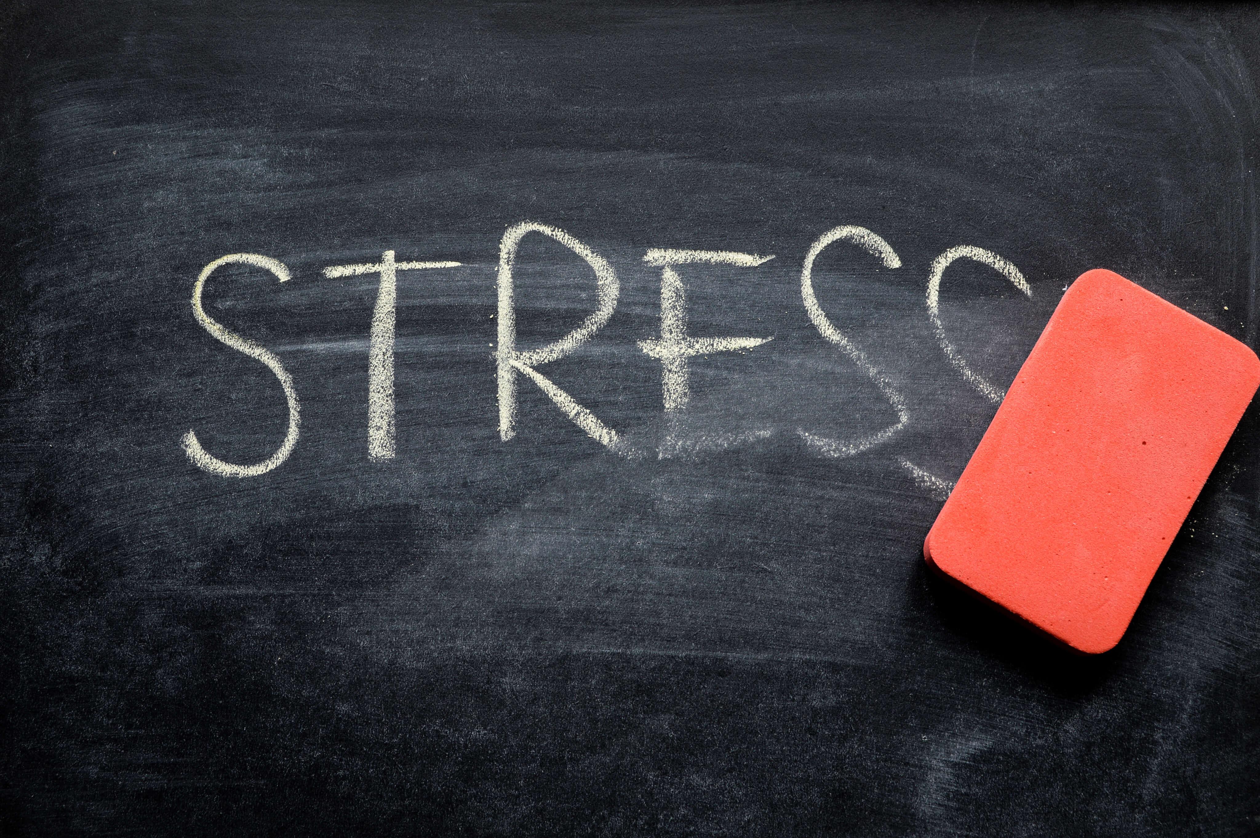 Stress skrivet med krita på griffeltavla