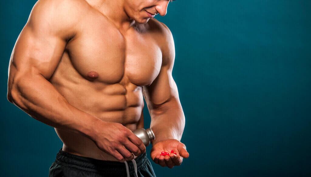 En stærk mand med kosttilskud i hånden