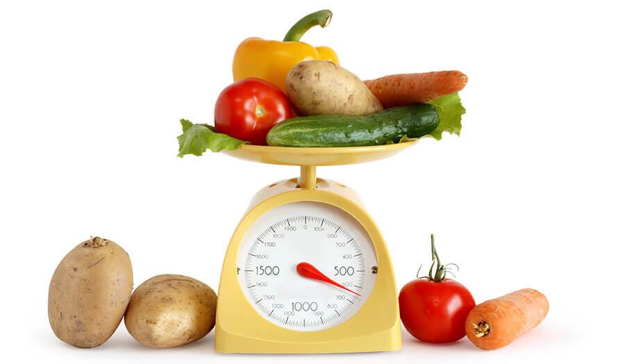 Rodfrugter og grøntsager på en vægt