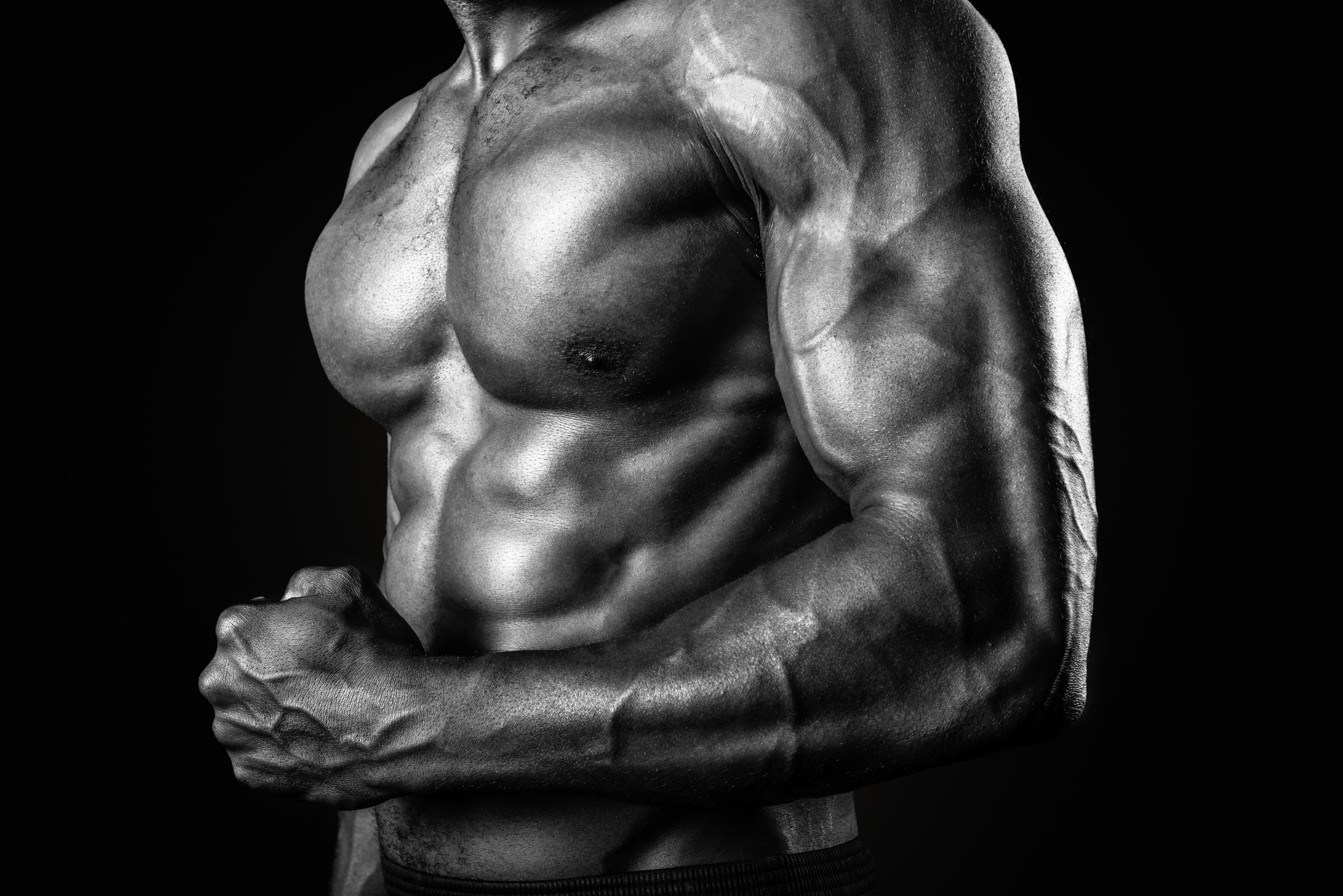 Muskulös man som spänner musklerna