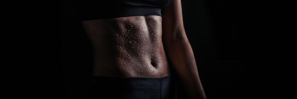 Mage med svettdroppar efter träningspass