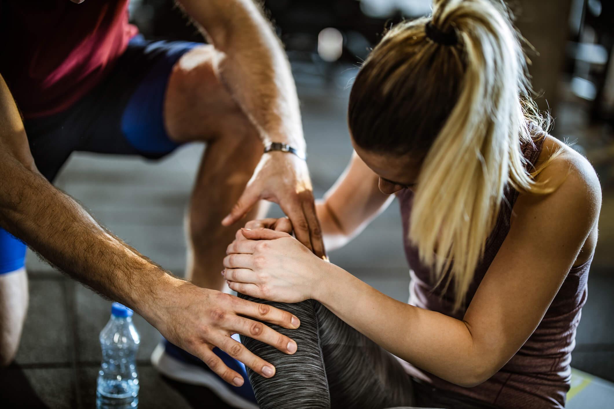 Smärta i knä, kvinna på gym