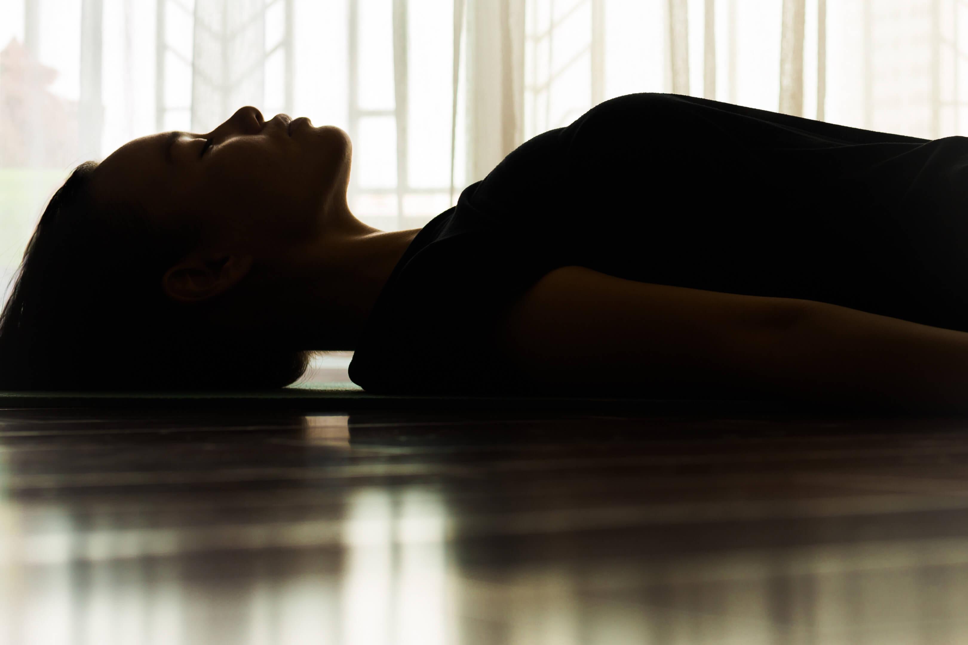 Kvinna vilar i yoga-position